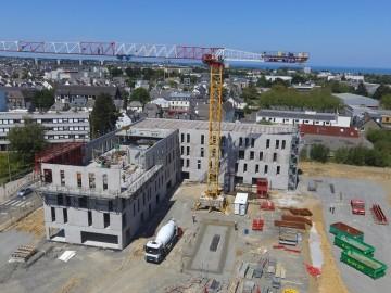 A Saint-Brieuc, le chantier a bel et bien repris pour la construction de l'espace tertiaire Rabelais ! Le dernier niveau est presque terminé. Quelques plateaux de bureaux sont encore disponibles.