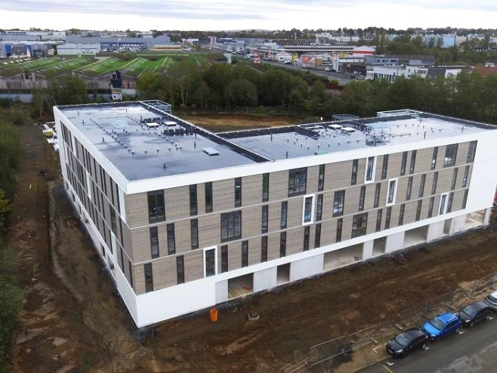 Le futur centre d'affaires Rabelais à Saint-Brieuc vu du ciel ! Le bardage du bâtiment est finalisé.